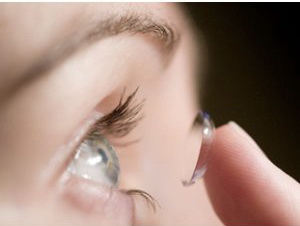 Punerea unei lentile de contact